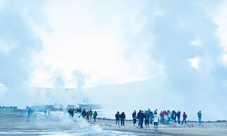 grandes fumarolas y turistas recorren geysers del tatio