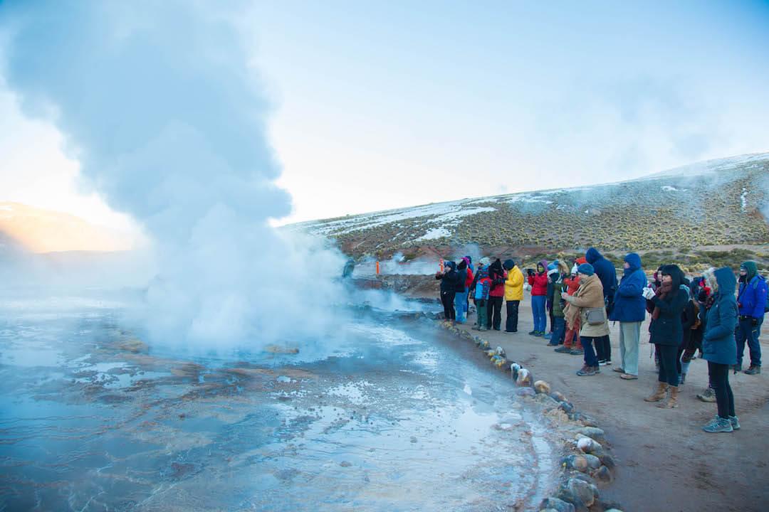 Turistas fotografían gran fumarola en geysers del tatio