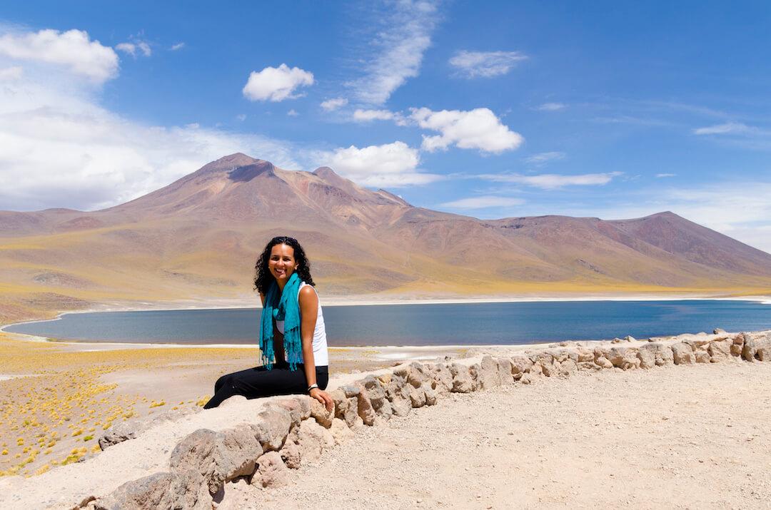 Turista posa frente a lagunas altiplánicas