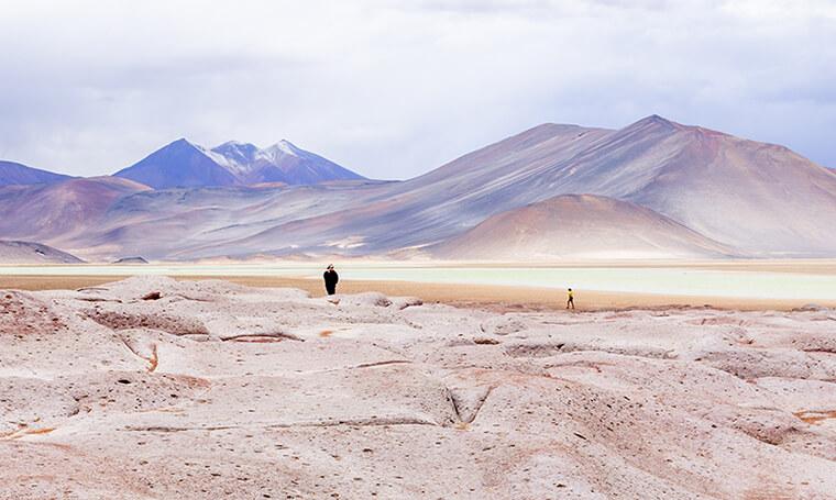 piedras rojas frente a laguna y montañas