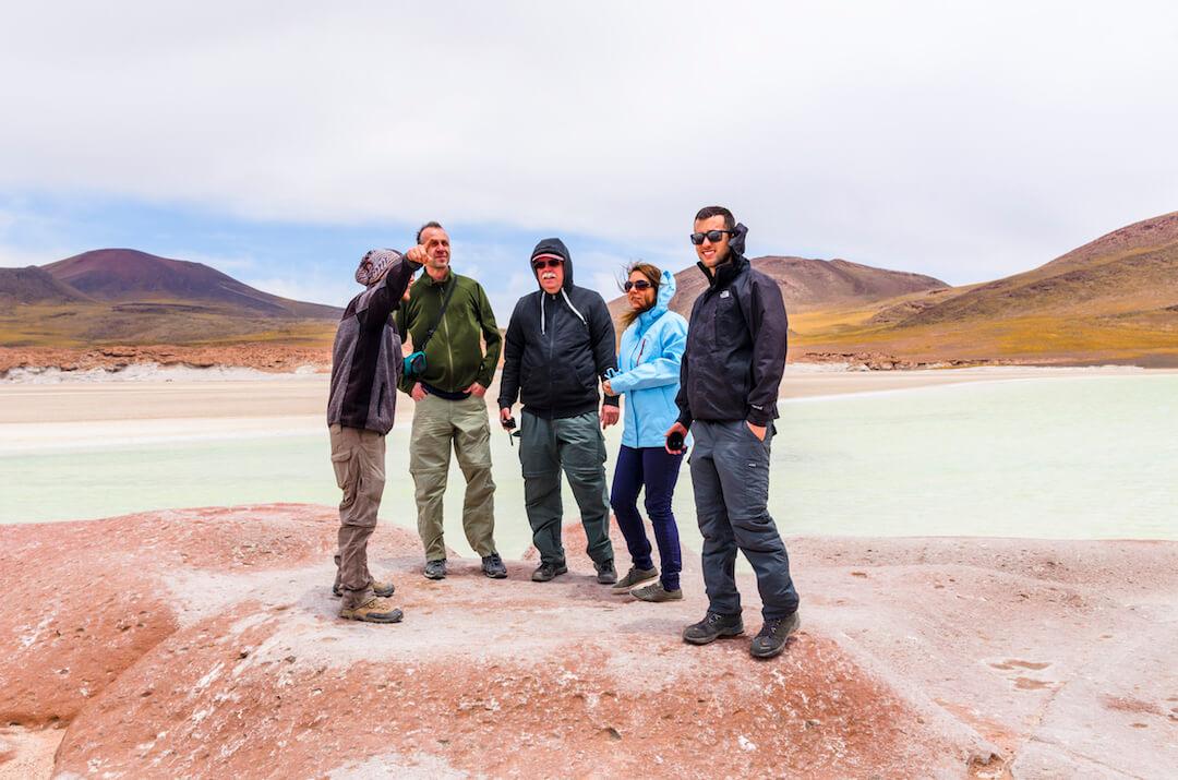 Turistas sobre piedras rojas en Atacama
