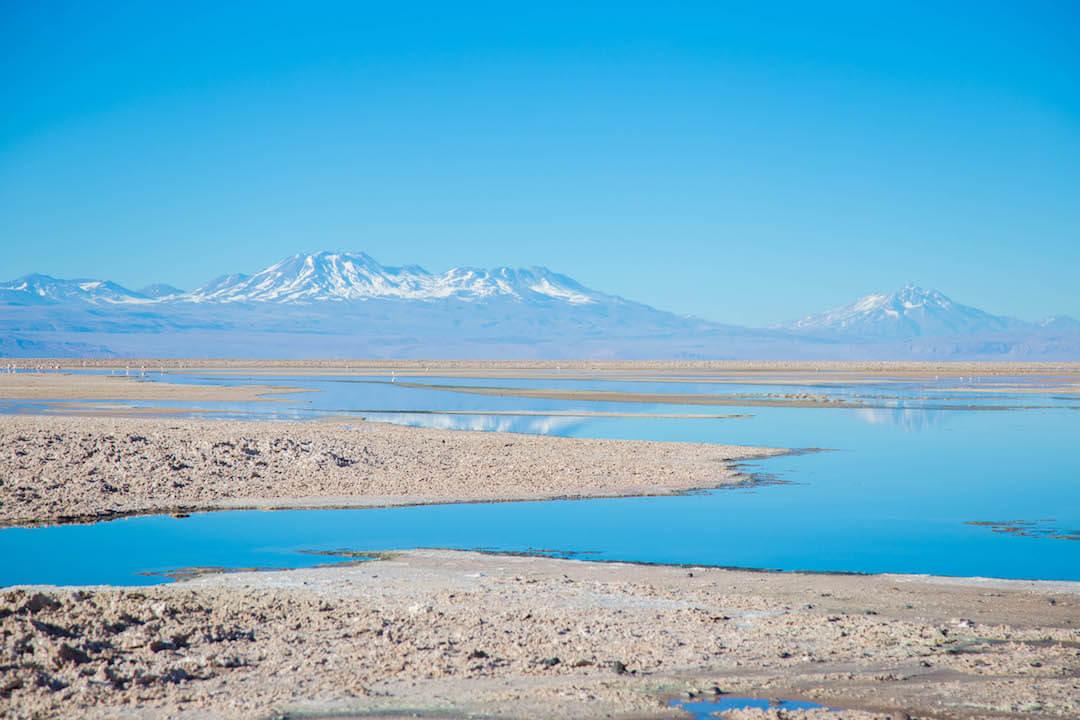 Laguna frente a montañas en Salar de Atacama