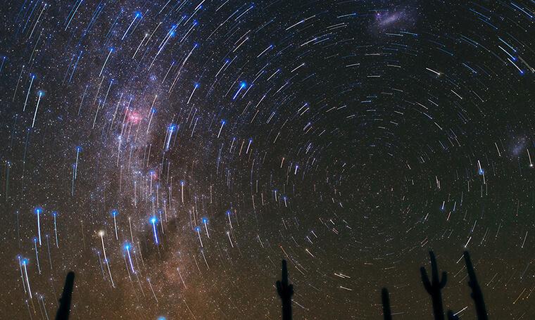 huella de estrellas durante el cielo nocturno en Atacama