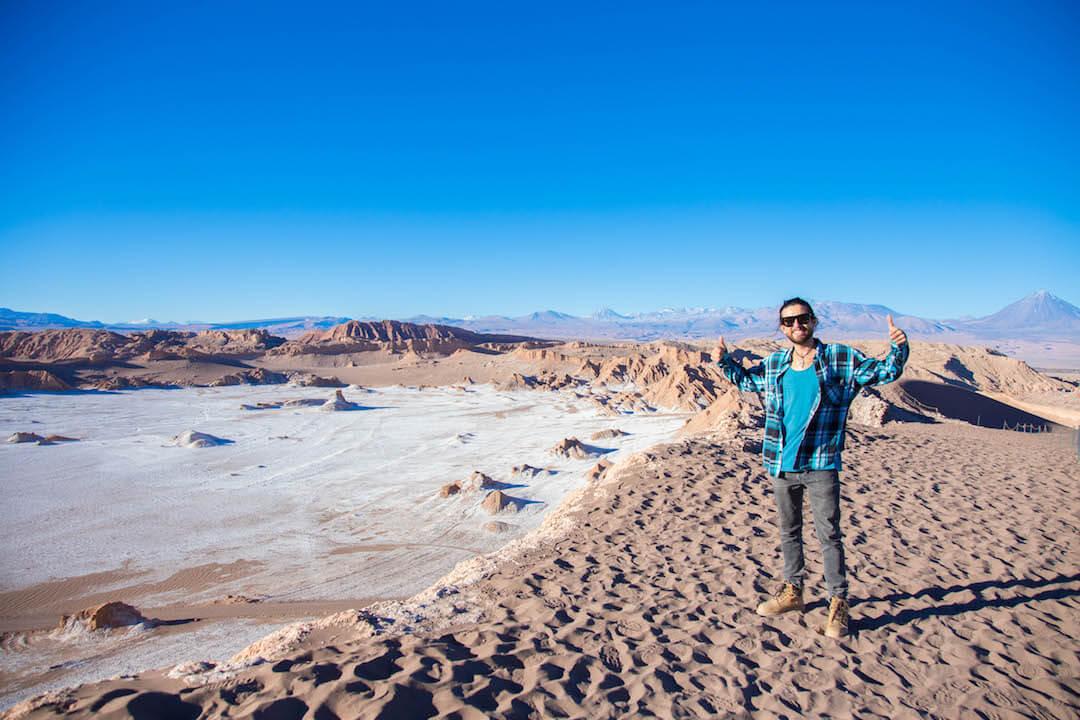 Persona frente a valle de sal en Valle de la Luna