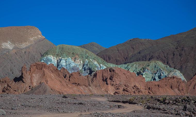 cerros de diversos colores en valle del arcoiris