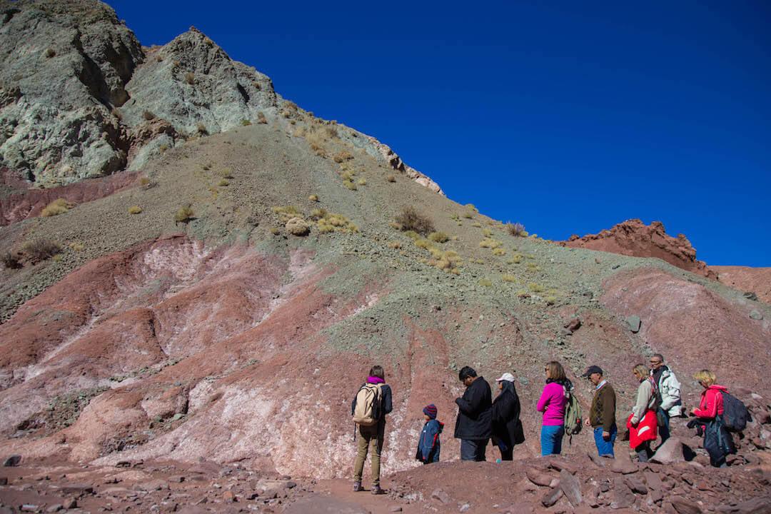 Grupo de turistas observan el valle arcoíris